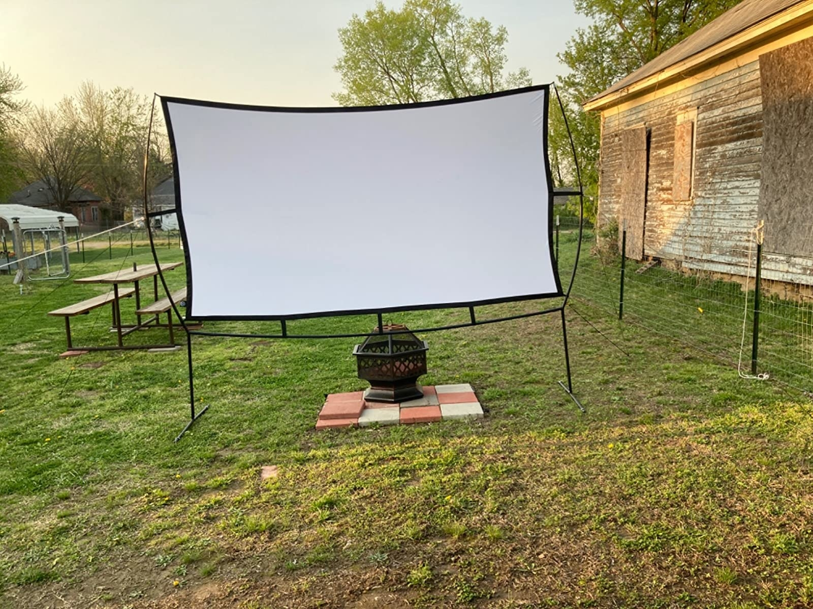 Reviewer photo of the screen in a backyard