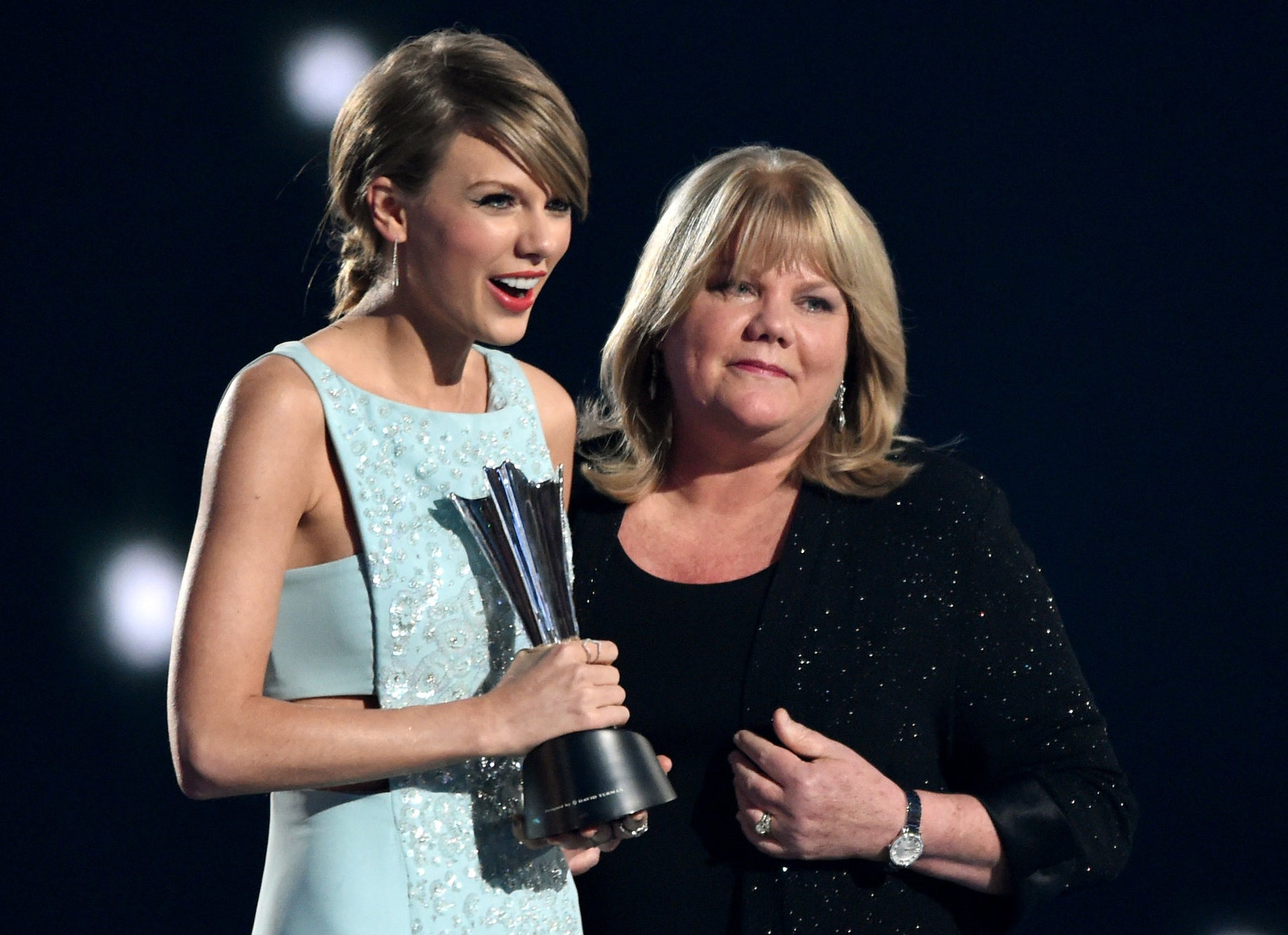 Taylor poses with her mom onstage