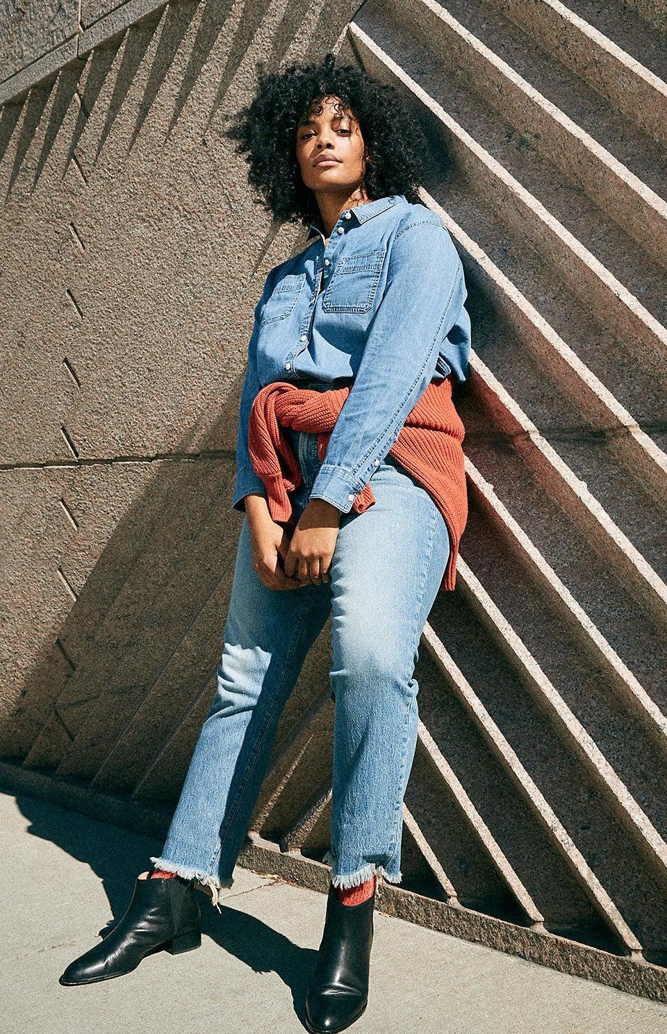 model wearing the ankle-length jeans in blue denim