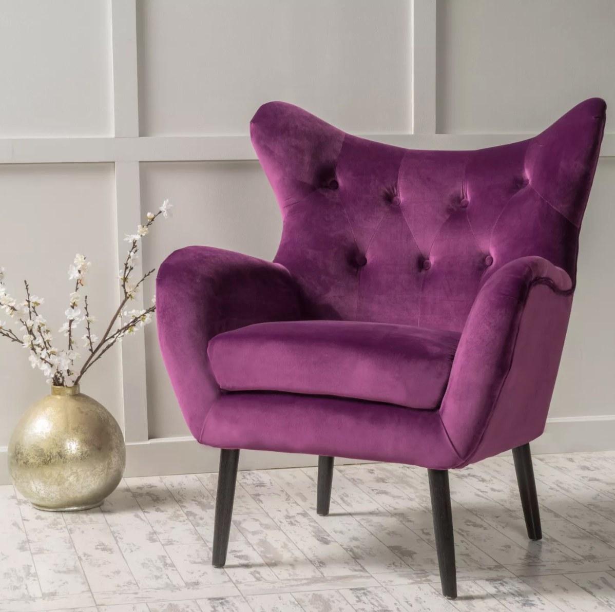 The velvet armchair in fuchsia