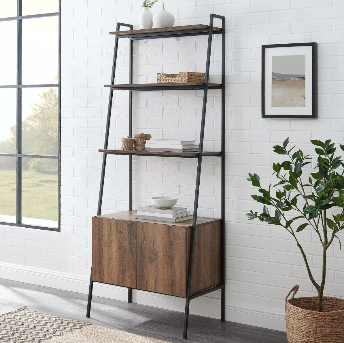 The ladder bookcase in brown wood with metal legs