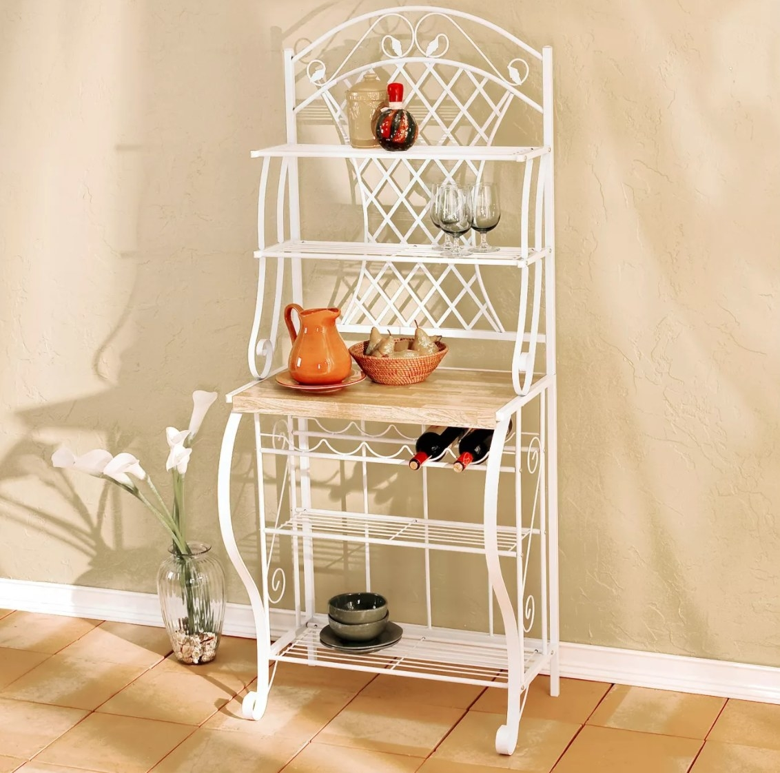 The baker's rack in white metal with a wood bar