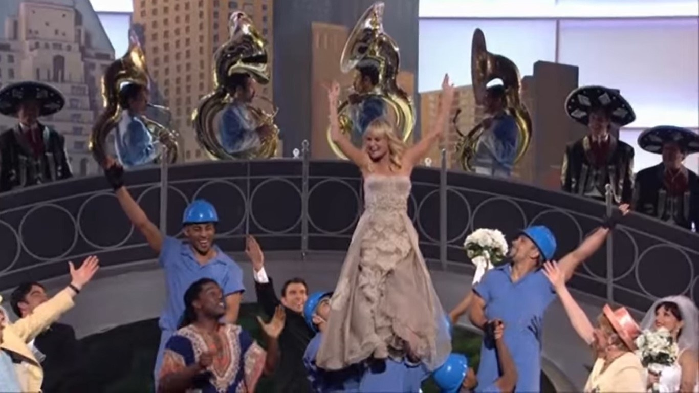 Amy Adams and Kristin Chenoweth performing at the oscars
