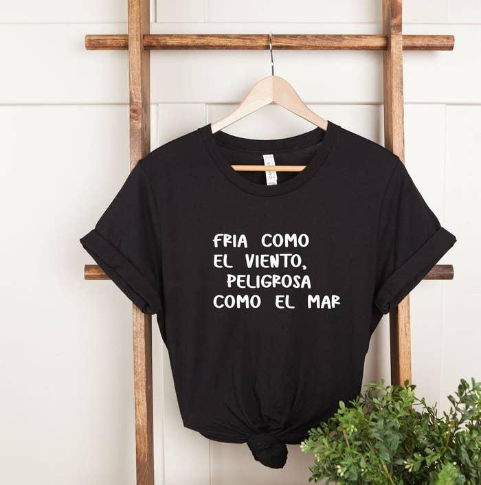 """The T-shirt that reads, """"Fria como el viento, peligrosa como el mar"""""""