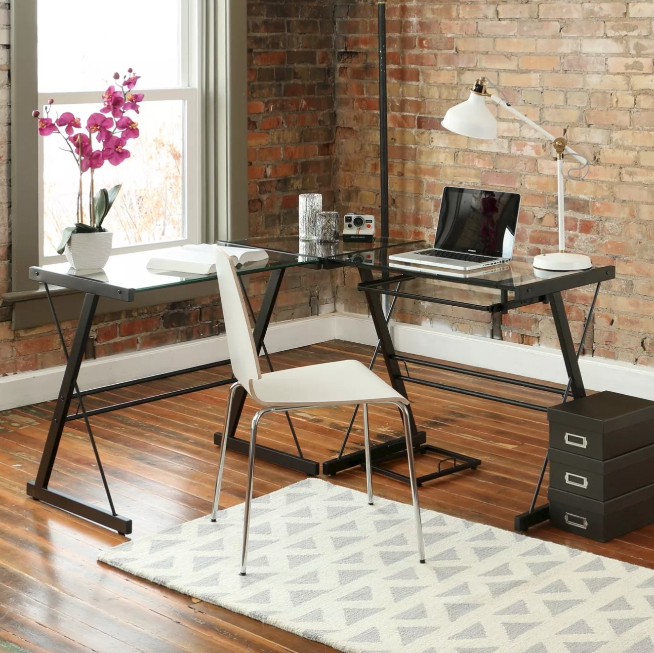 The L shaped desk with keyboard tray