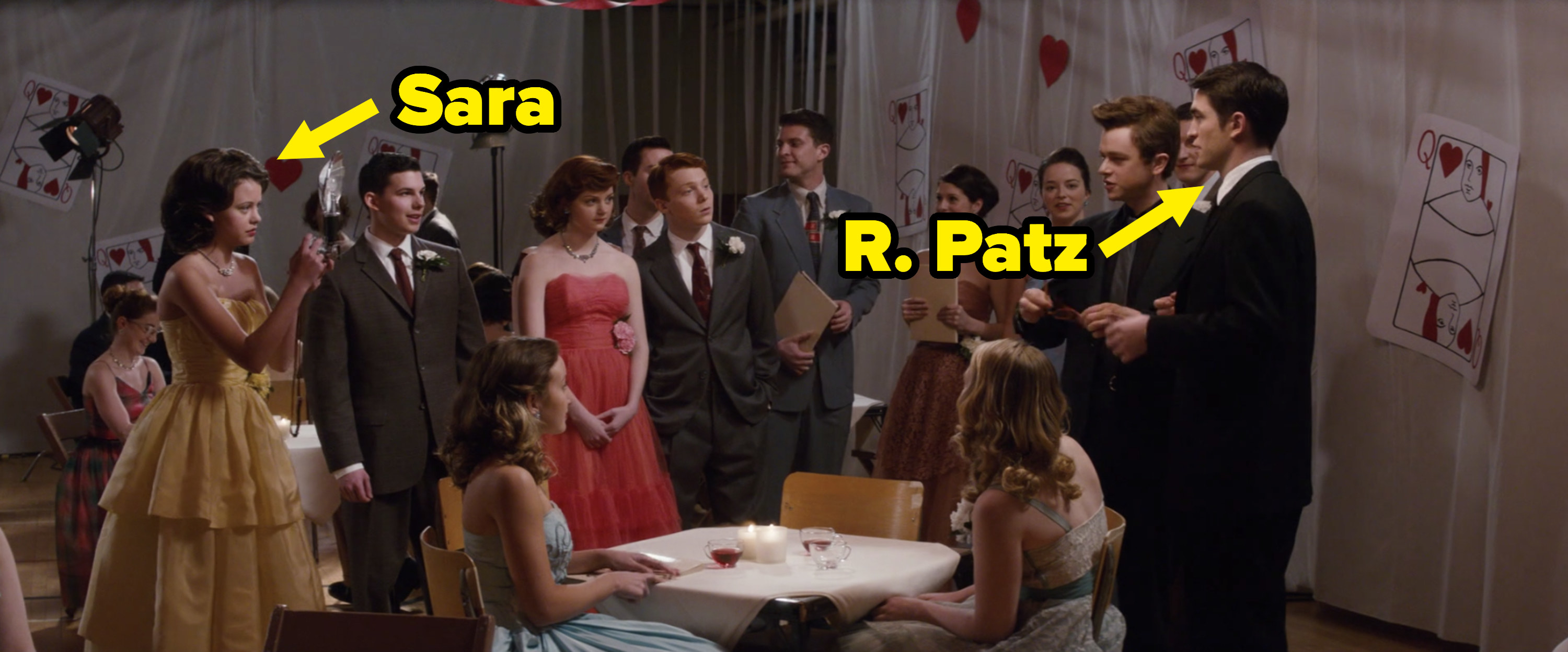 An arrow pointing at Sara and one pointing at Pattinson