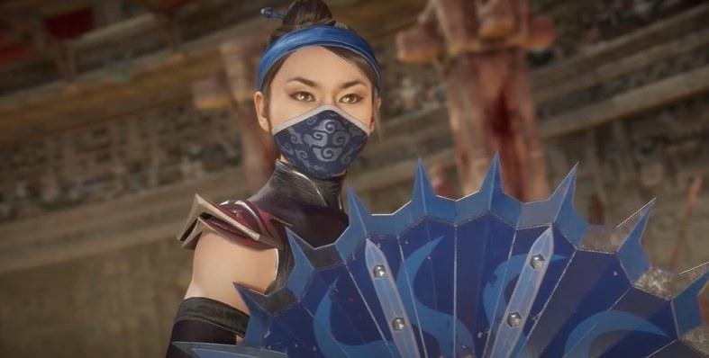 Kitana holding a fan-blade