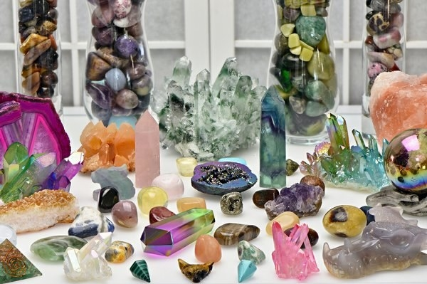 a table with many different types of crystals