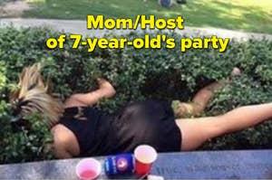 一个喝醉了的妈妈在一个孩子的派对上摔倒在灌木丛里