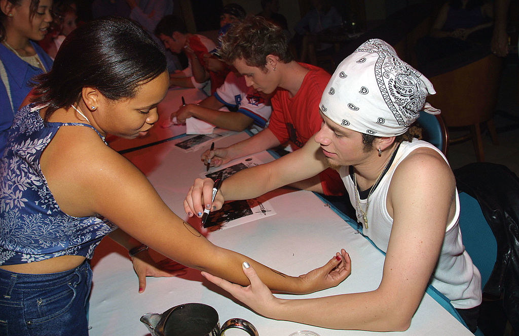 guy from o-town signing a teenager's arm