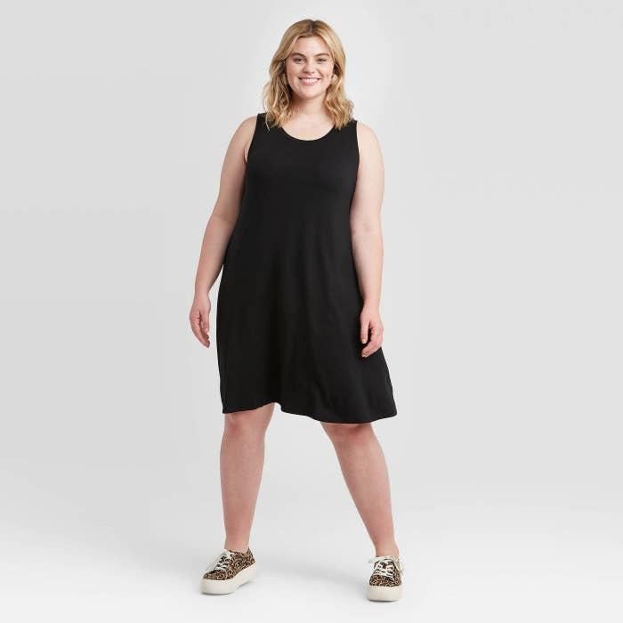 model wearing the knee-length black dress