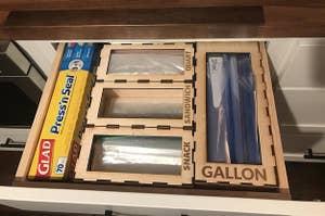 打开厨房抽屉,可以放不同大小的塑料袋