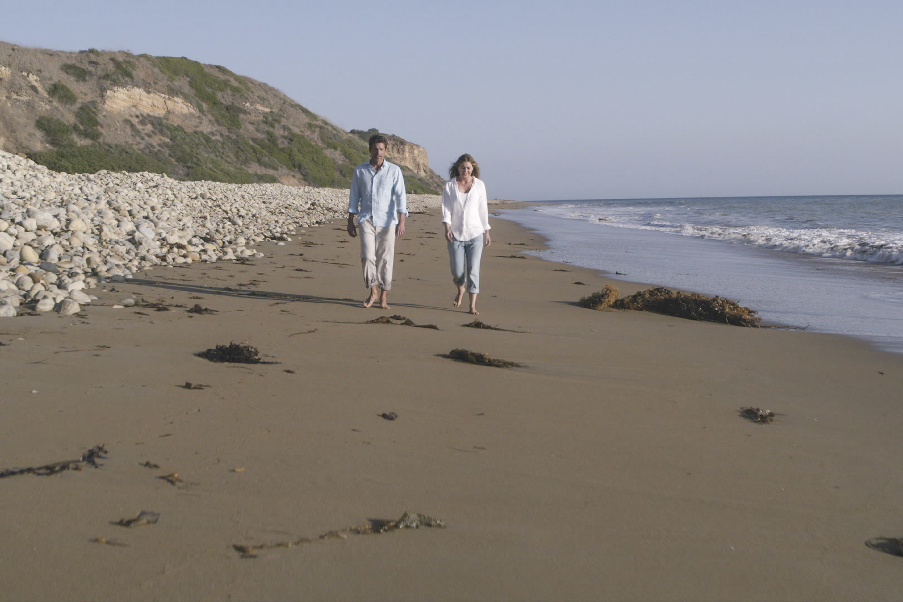 Dempsey and Pompeo walk on the beach in Grey's Anatomy