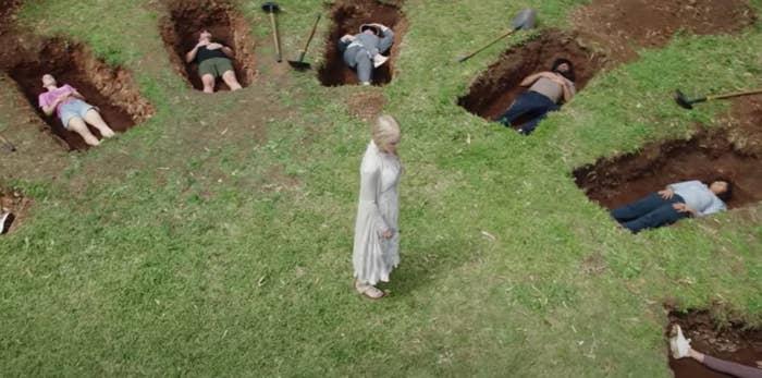 Nicole Kidman berdiri di antara sekumpulan mayat yang terbaring di lubang di Nine Perfect Strangers
