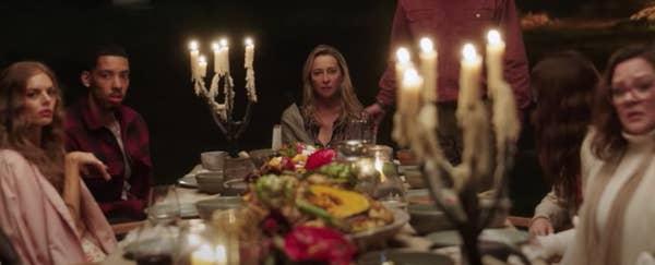 Pemeran Nine Perfect Strangers duduk di meja makan panjang