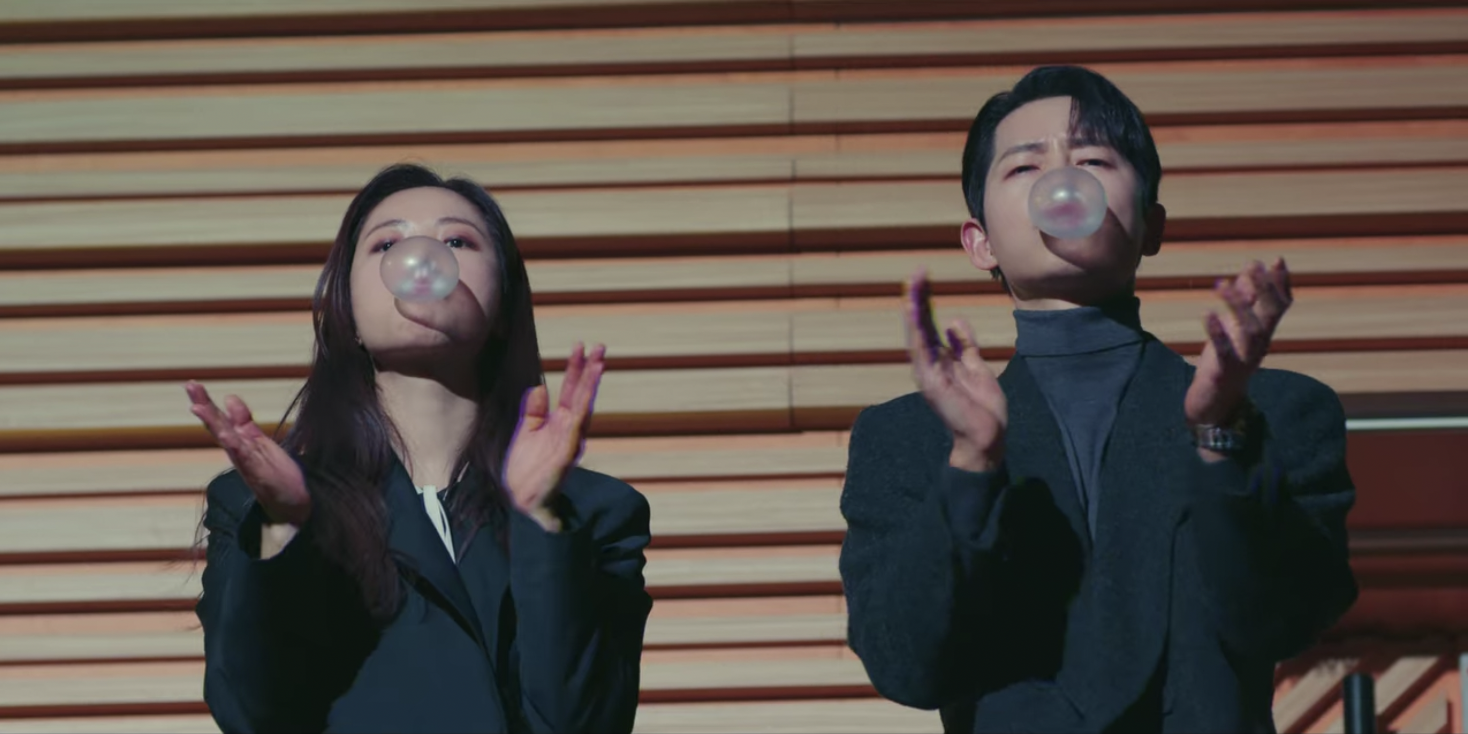 Cha-young and Vincenzo applaud and blow bubbles with bubblegum after embarrassing Han-seok