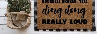 用黑字写着的天然门垫