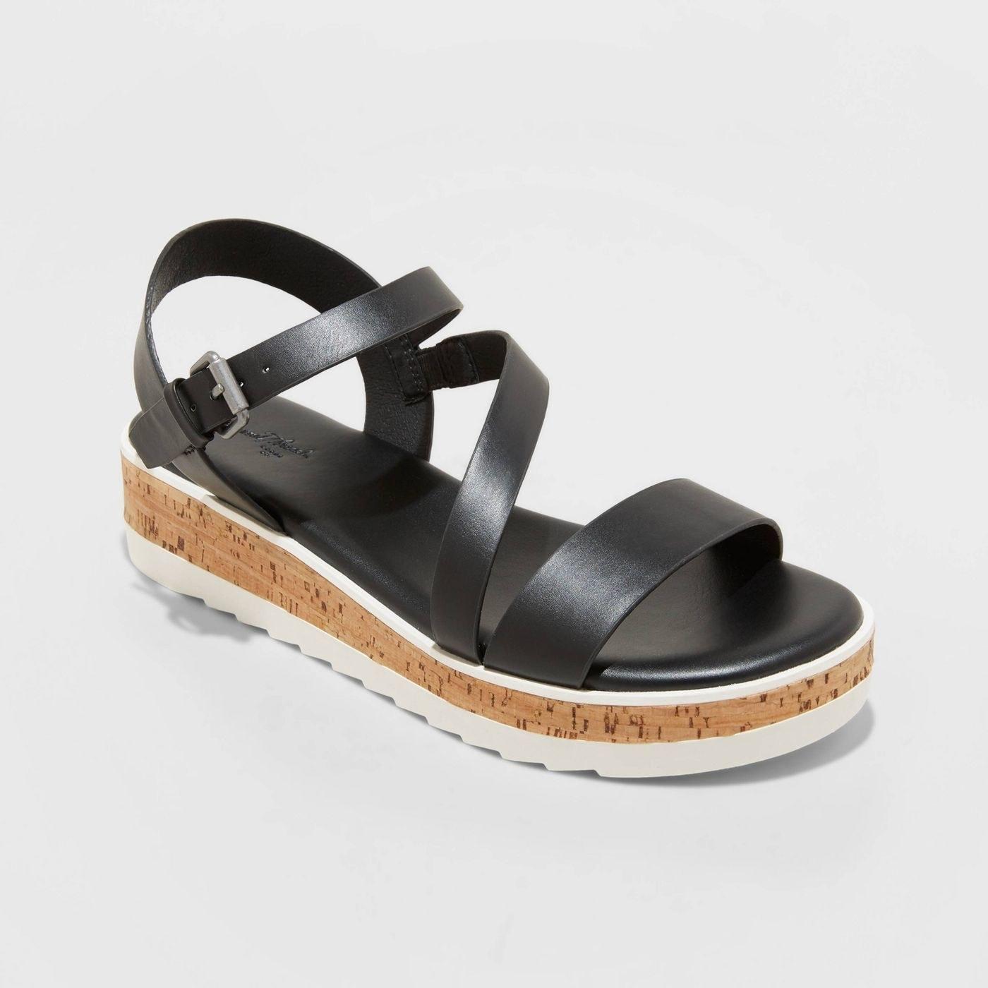 Black sandal with a thick platform sole