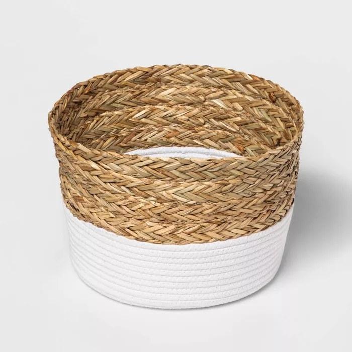 The white rope and matgrass basket