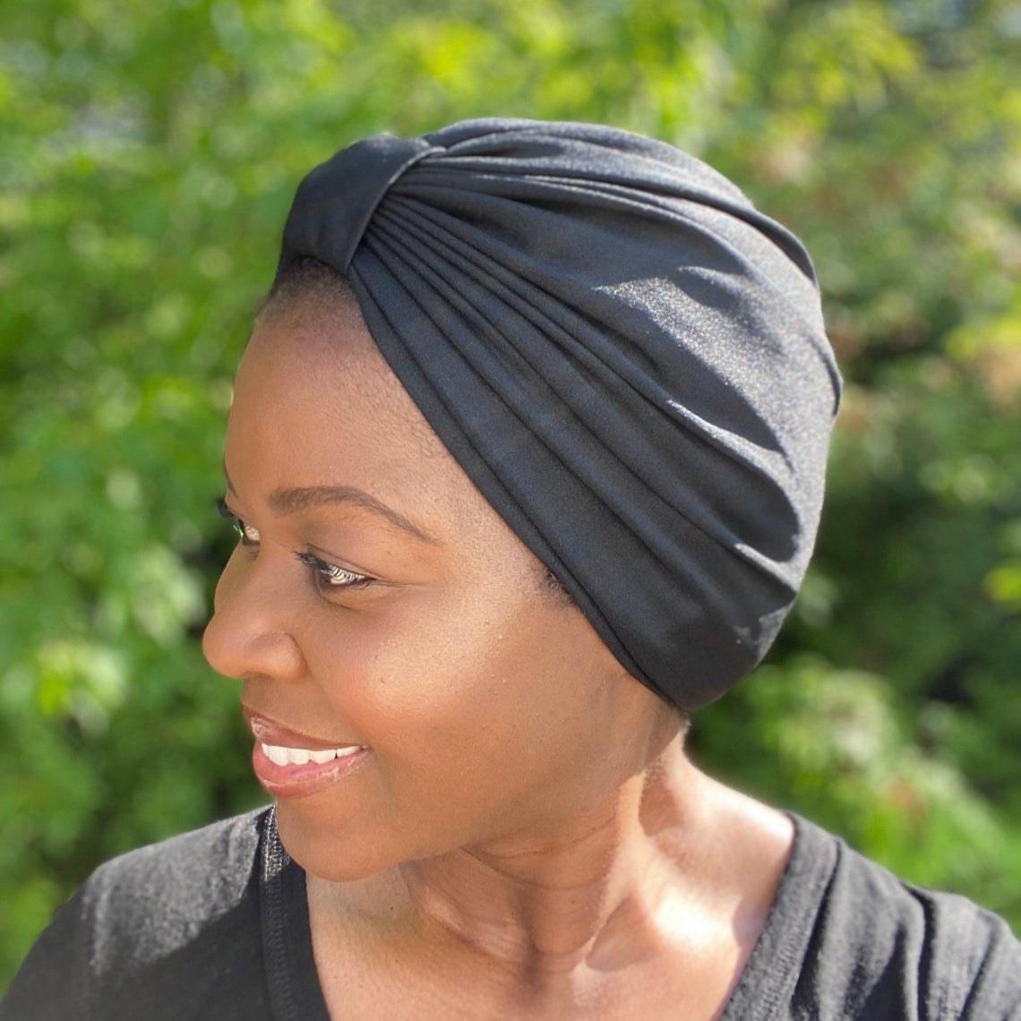 A model wearing the head wrap in black
