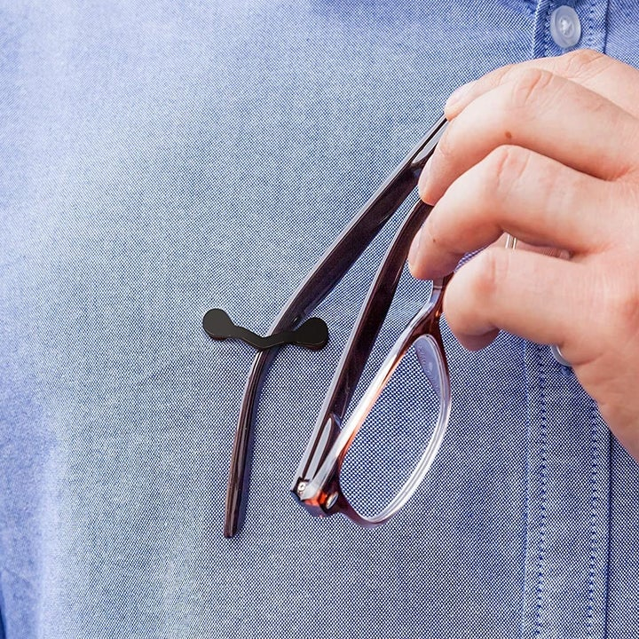 person putting glasses on the reade rest clip