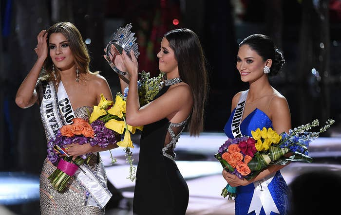 (L-R) Miss Colombia 2015, Ariadna Gutierrez Arevalo, looks on as Miss Universe 2014 Paulina Vega removes her crown to give it to Miss Phillipines 2015, Pia Alonzo Wurtzbach