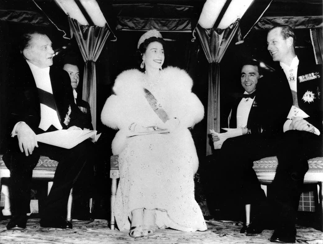 Ratu berbaju putih dengan pria yang lebih tua berjas