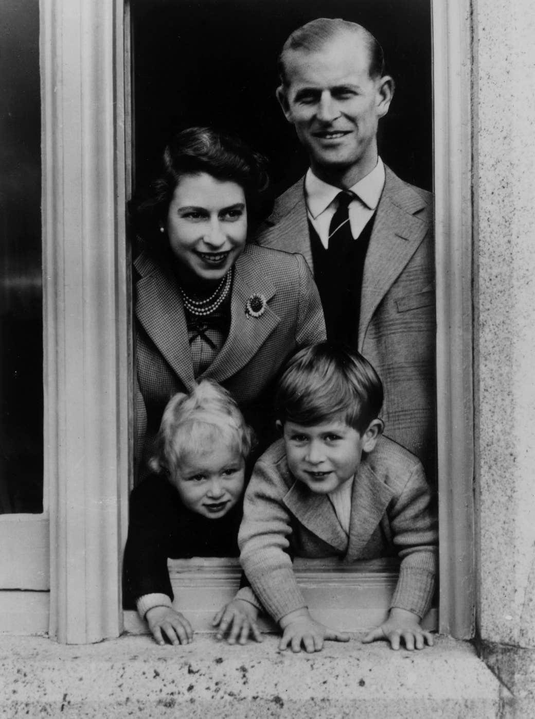 Keluarga itu terlihat melalui jendela