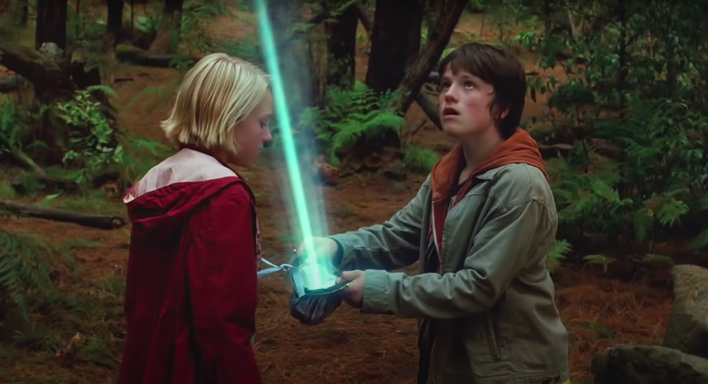 """Leslie and Jess holding a light beam in """"Bridge to Terabithia"""""""
