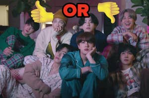 BTS成员在他们的睡衣中,同时观看用竖起大拇指和拇指标记的电视