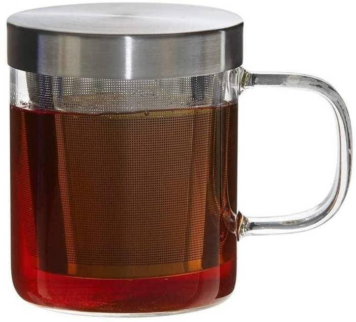 A tea infuser mug with tea in it