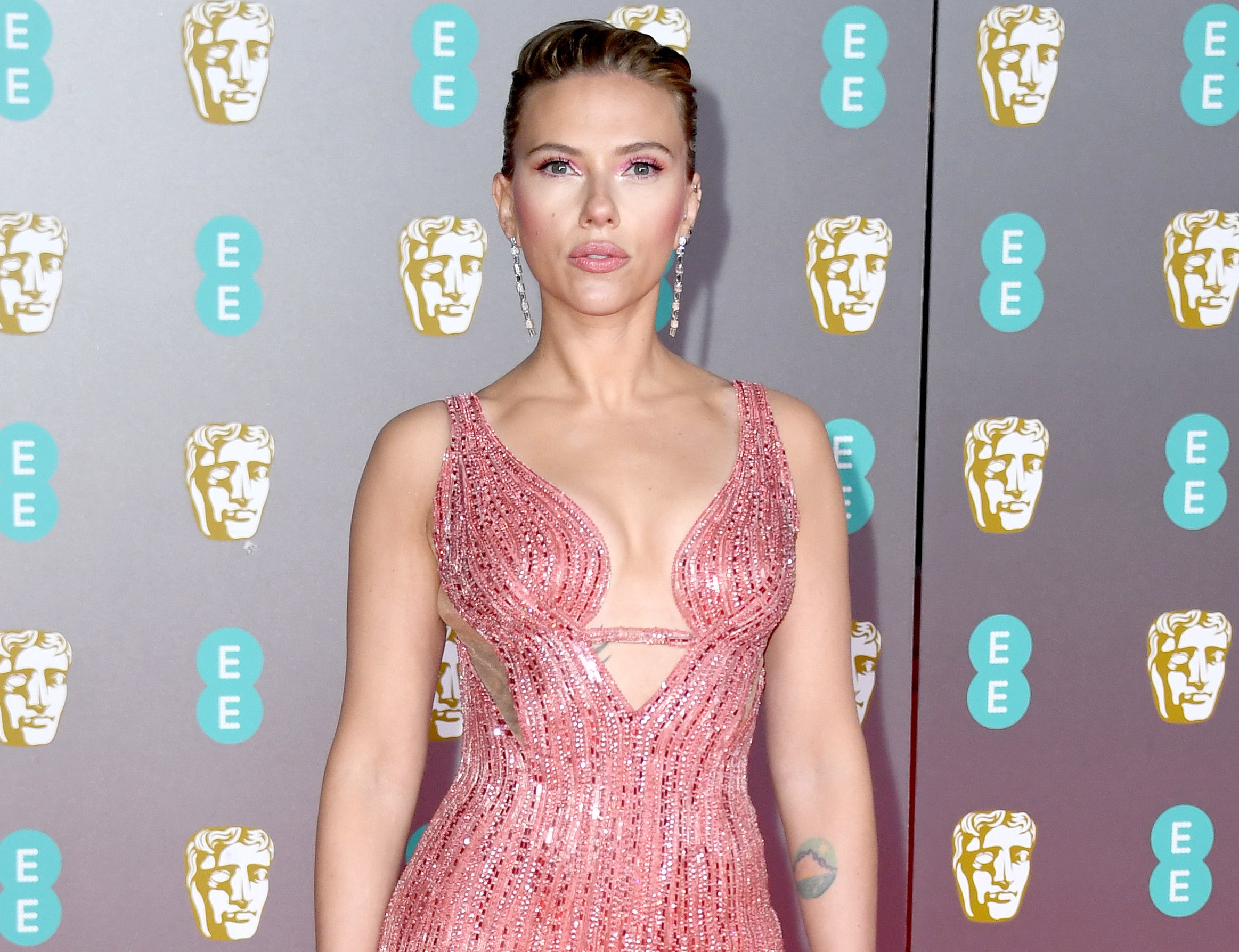 Scarlett wears a pink sequined gown to an event