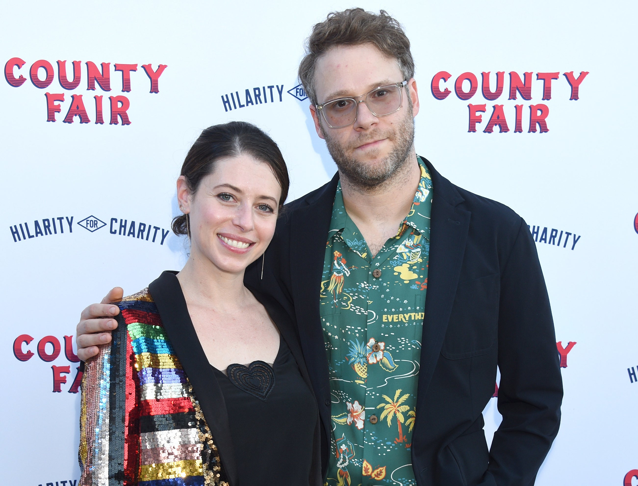 Lauren and Seth pose on a red carpet
