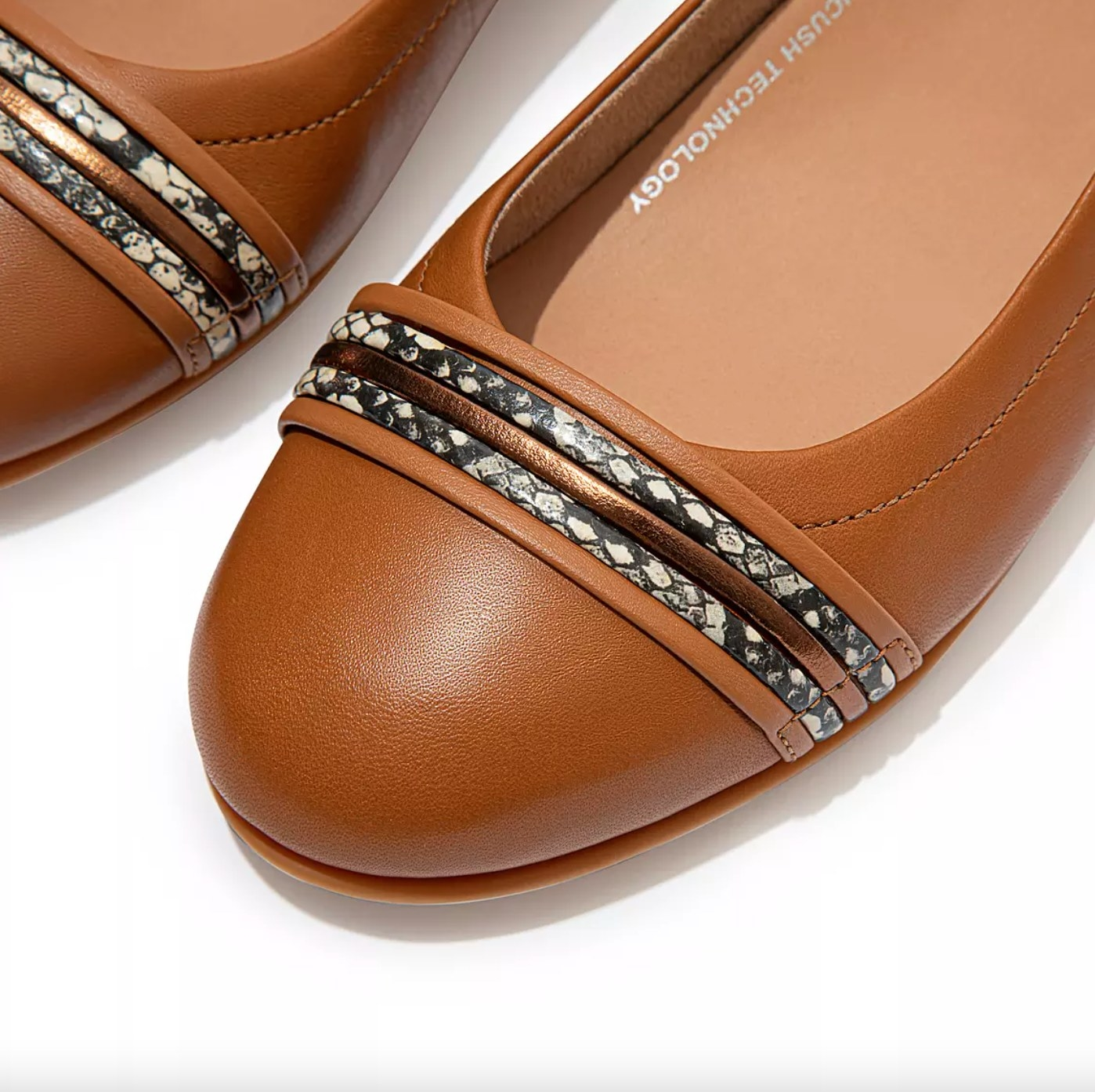 The pair of snake-bangle leather ballet flats in light tan