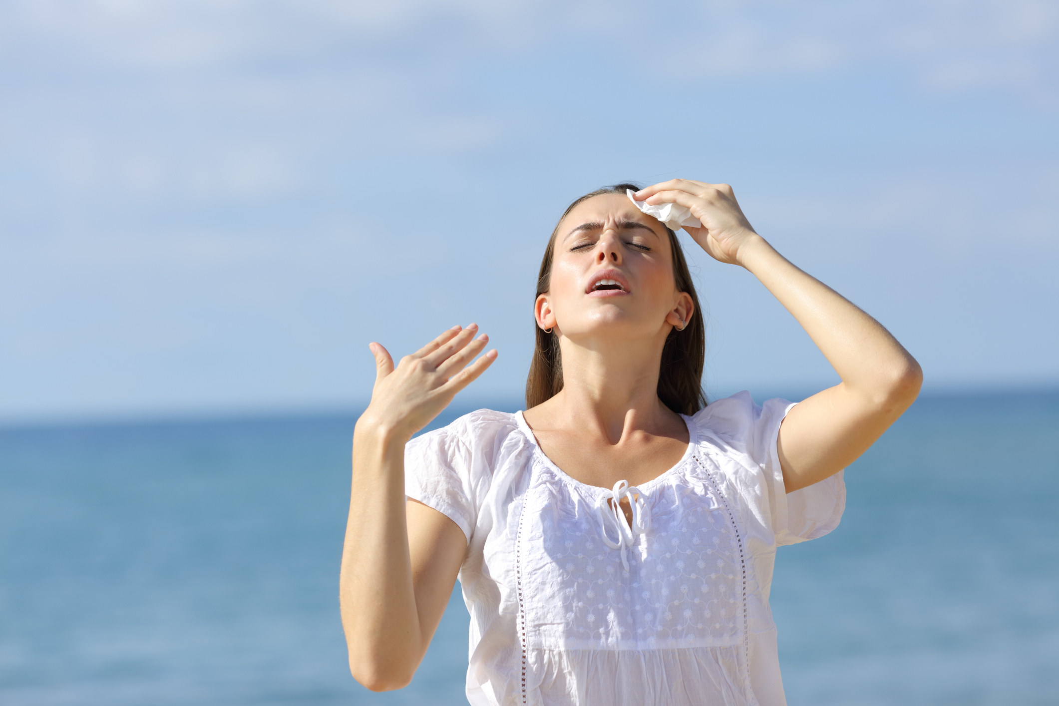 在热量等待时,一个人猛击汗水的汗水