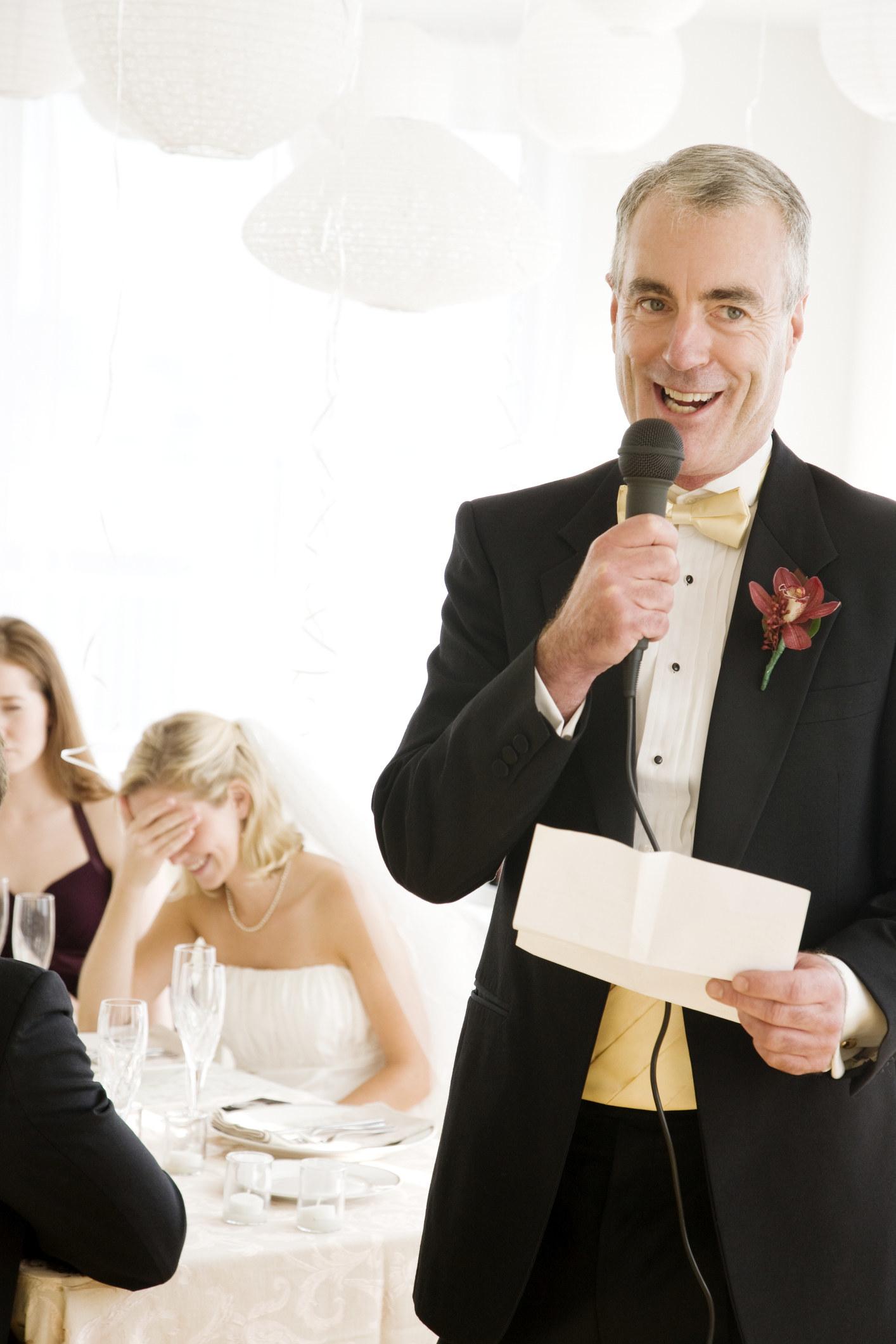 一位新娘尴尬地捂着脸,而她的父亲则发表演讲