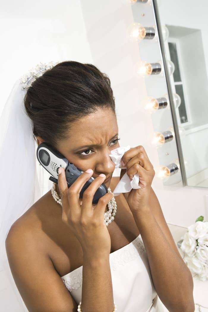 一个悲伤的新娘试着打电话给某人