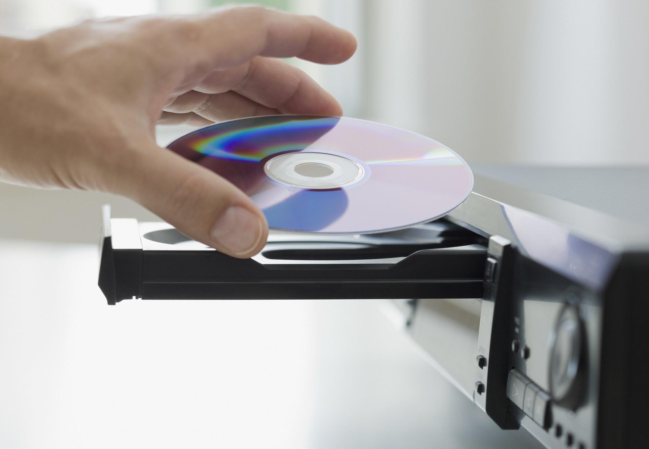 把CD放进播放机的人