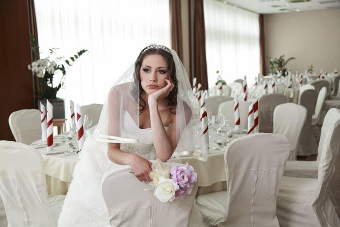 新娘很伤心,因为她的派对是空的