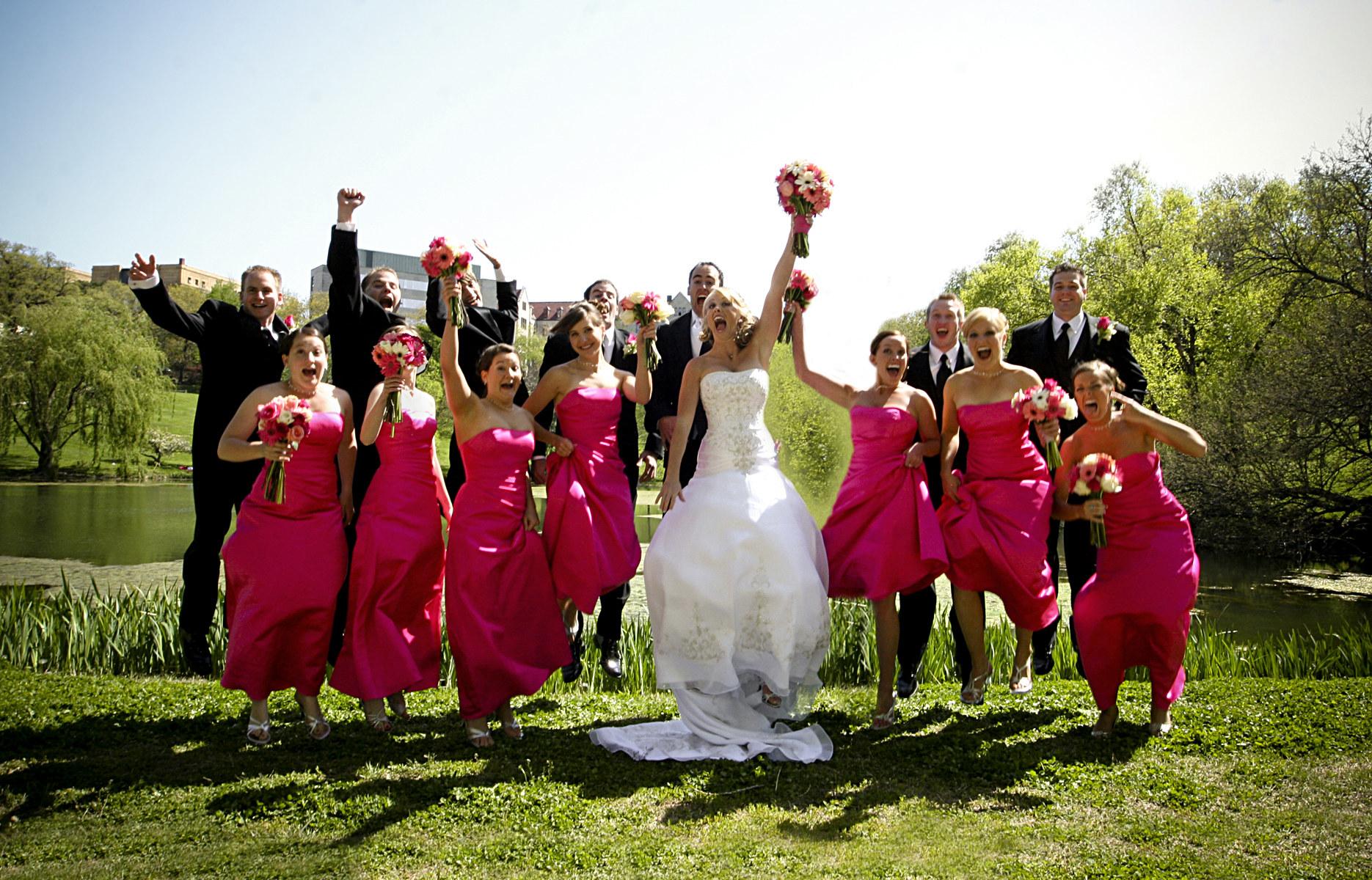 跳跃为照片的婚礼聚会