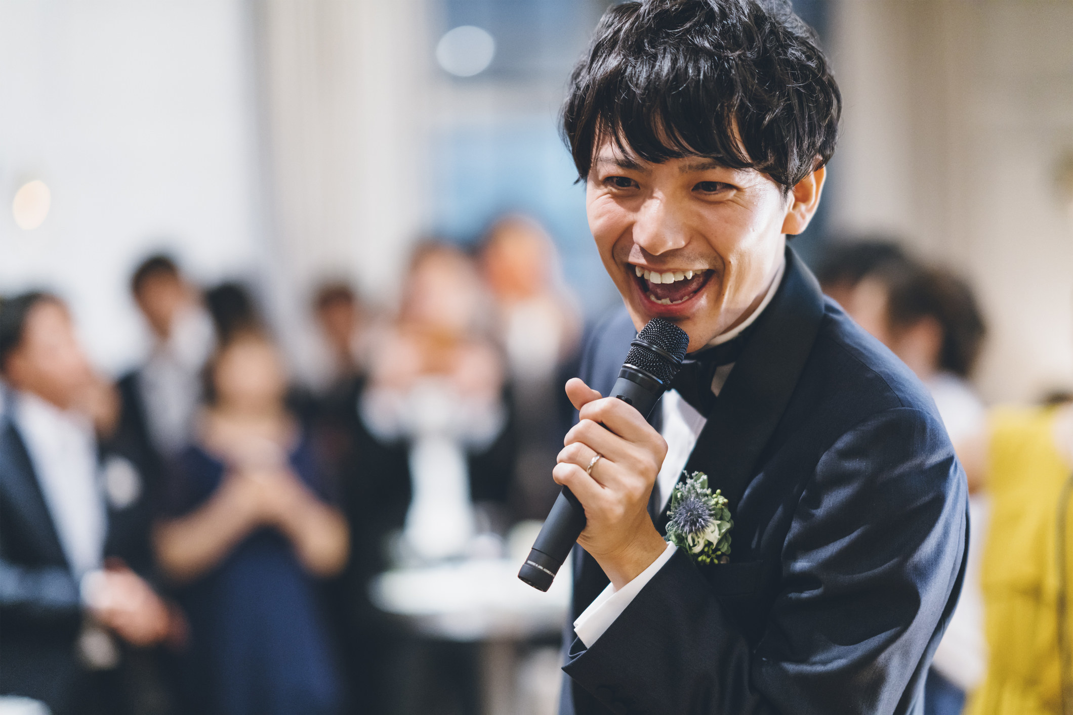 新郎在婚礼上唱歌