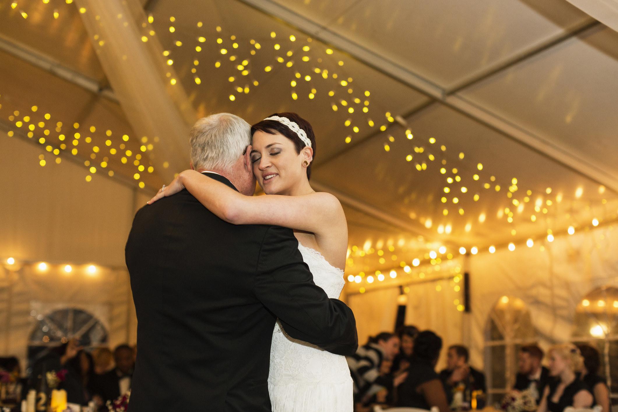 一个父亲和女儿跳舞