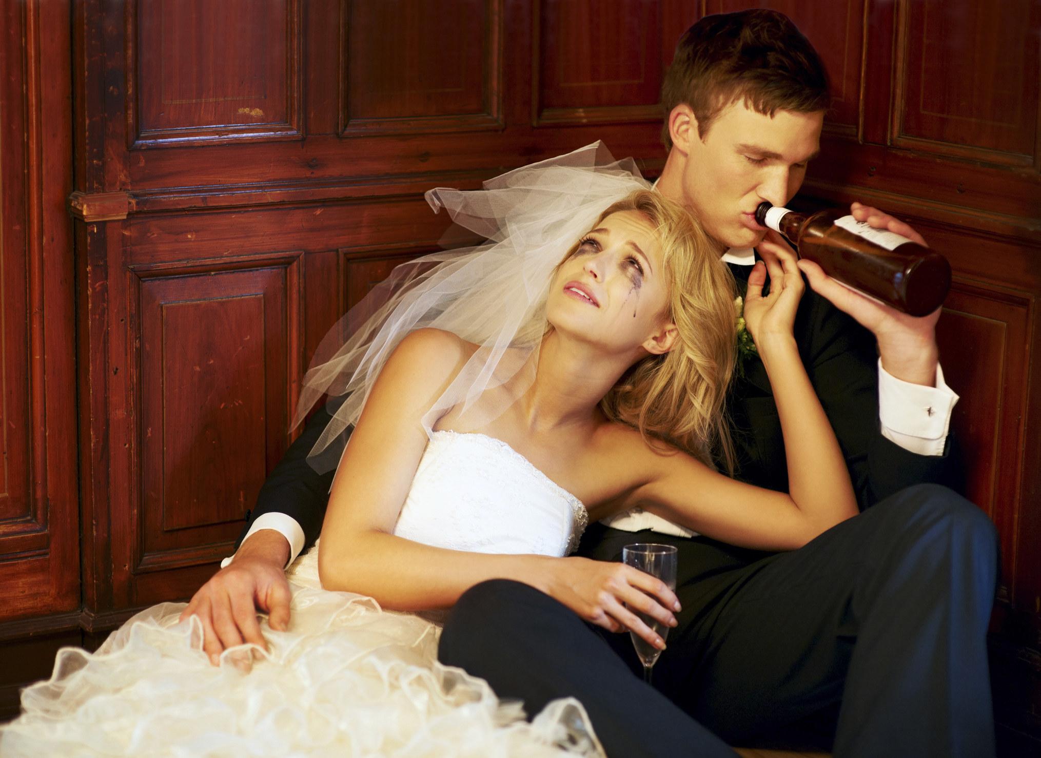 一对喝醉的新郎新娘坐在角落的地板上