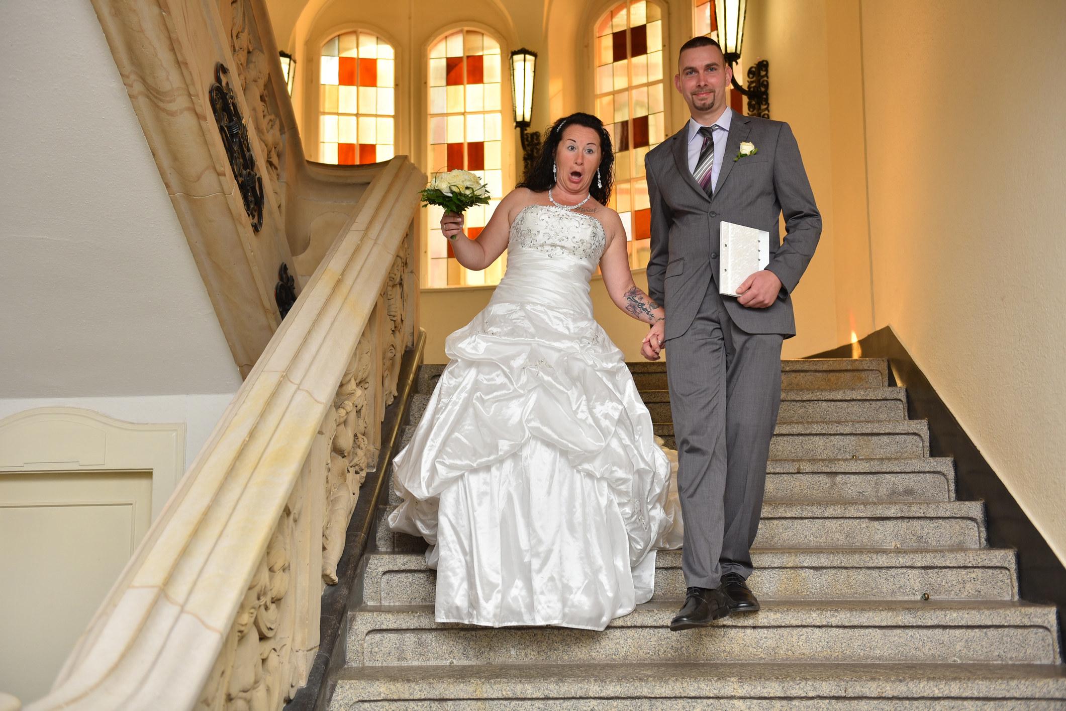 一个新娘要从一堆楼梯上摔下来