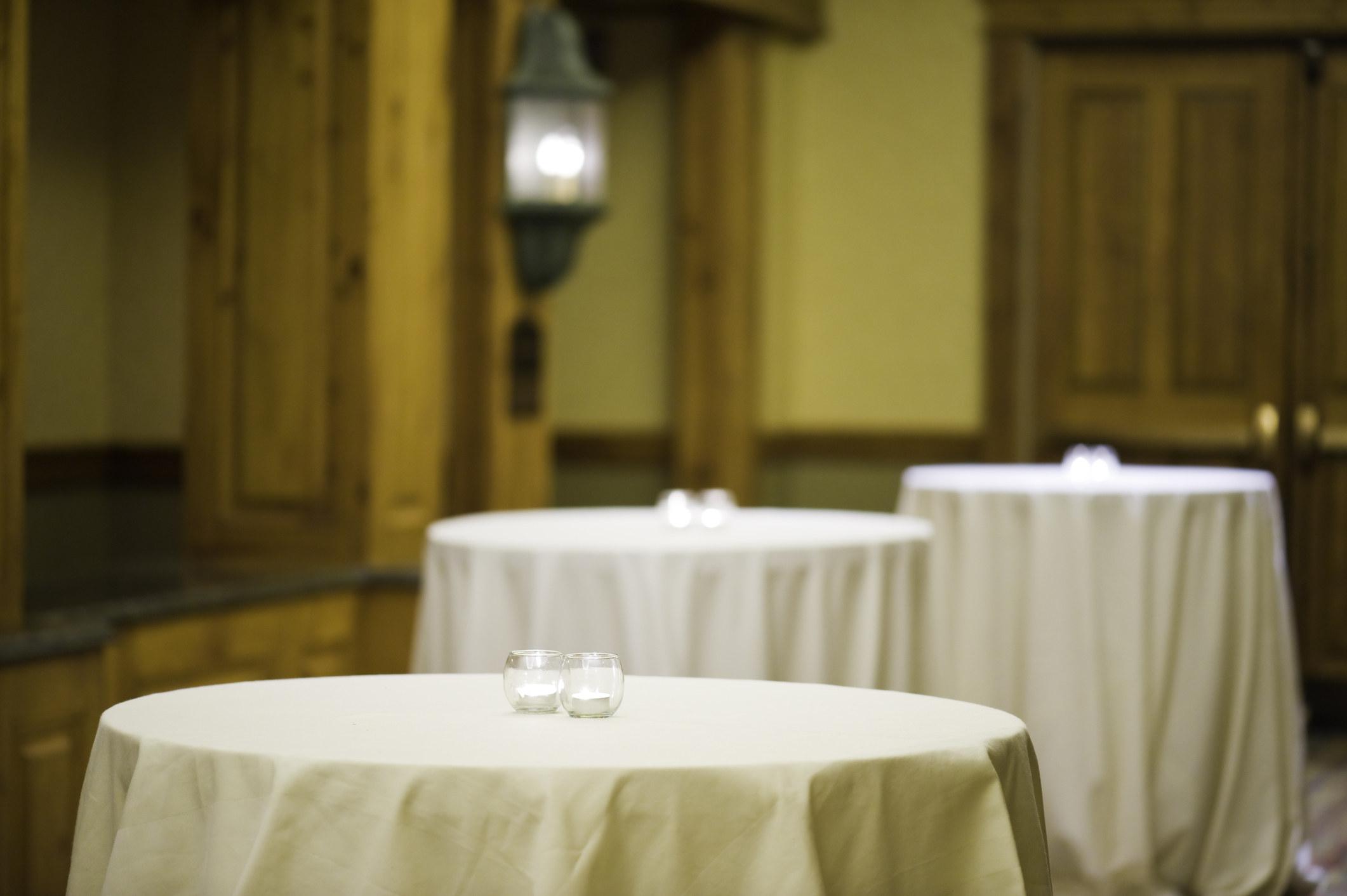有空桌子的房间