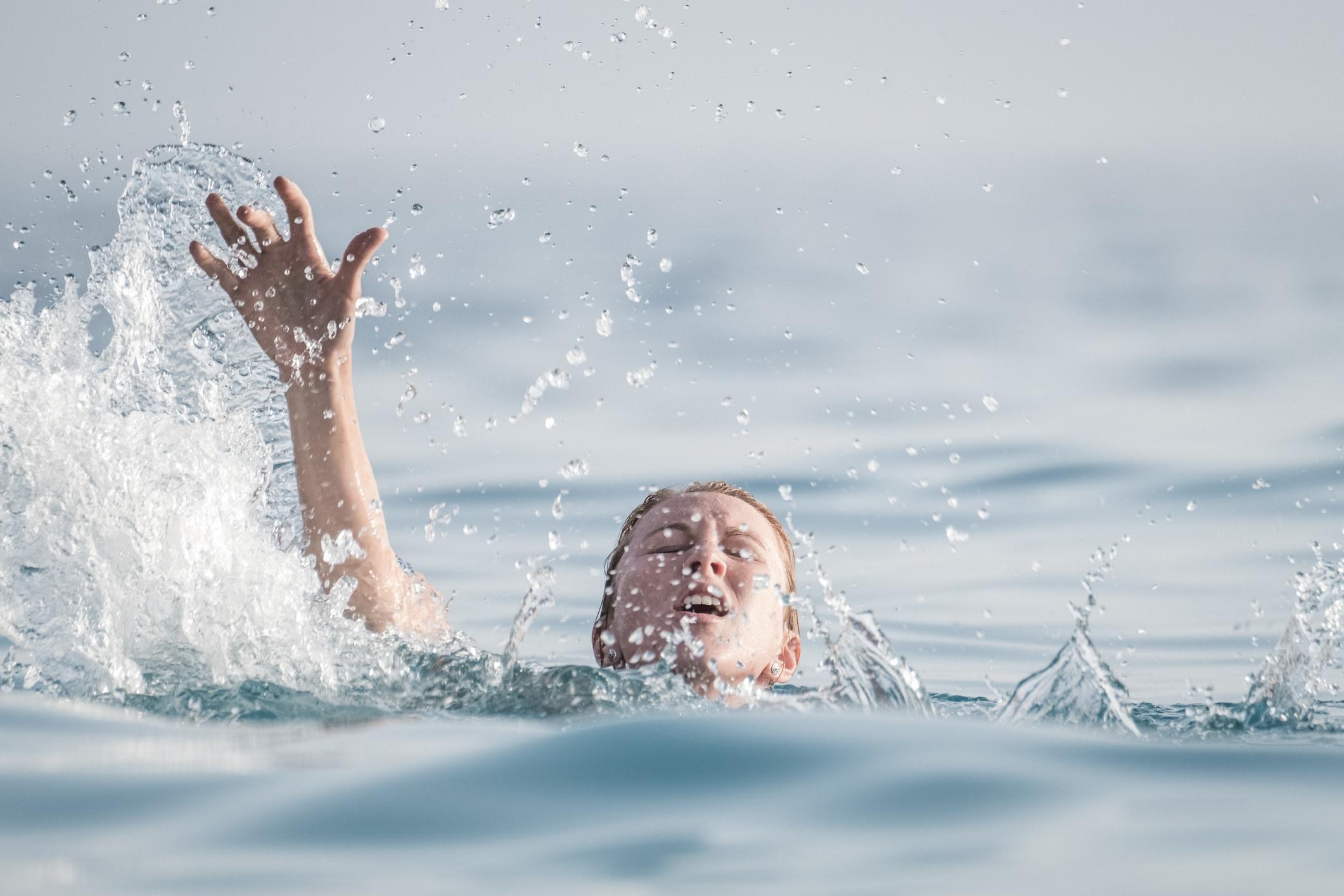 挣扎着在海里漂浮的人