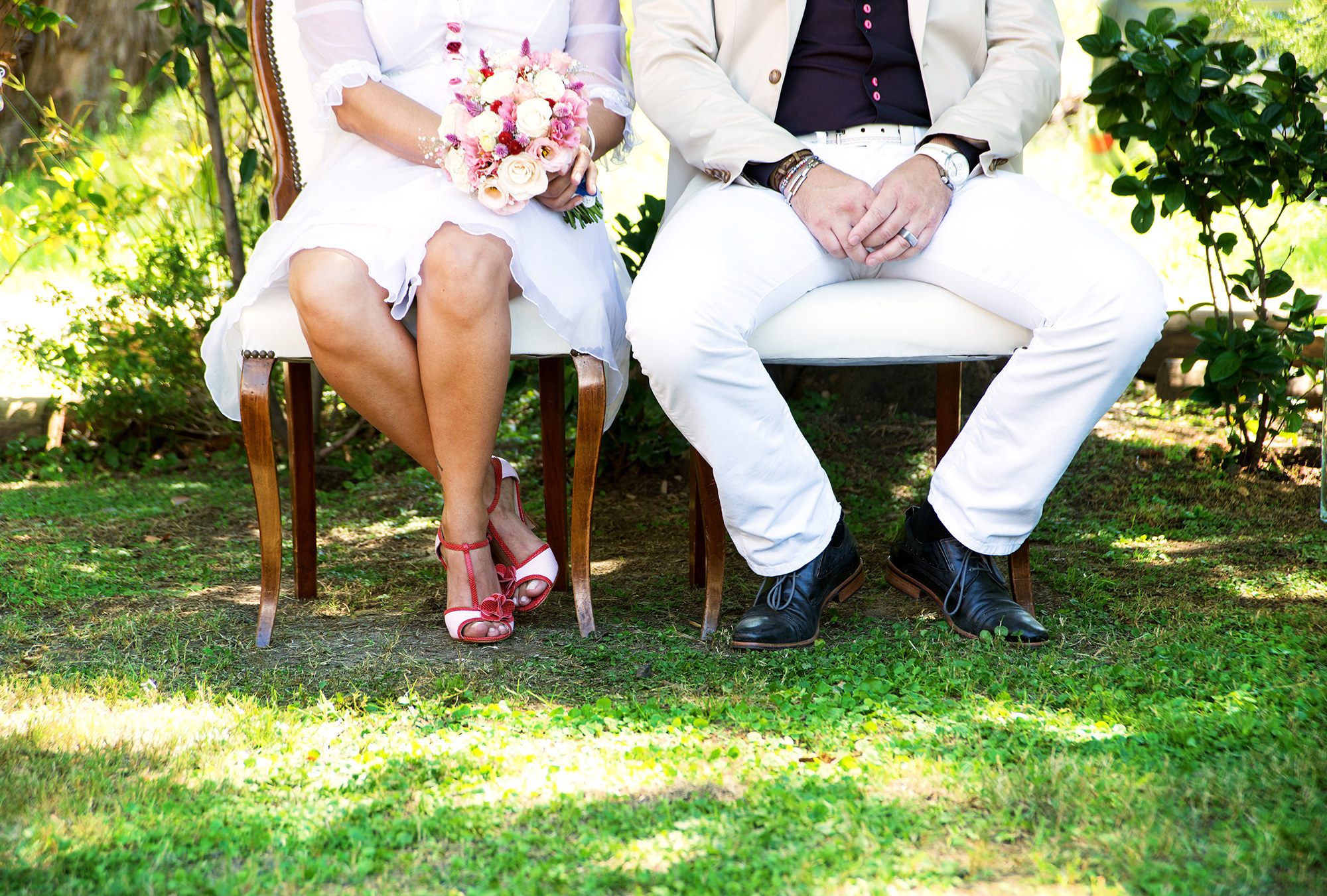 坐在院子里的新婚夫妇