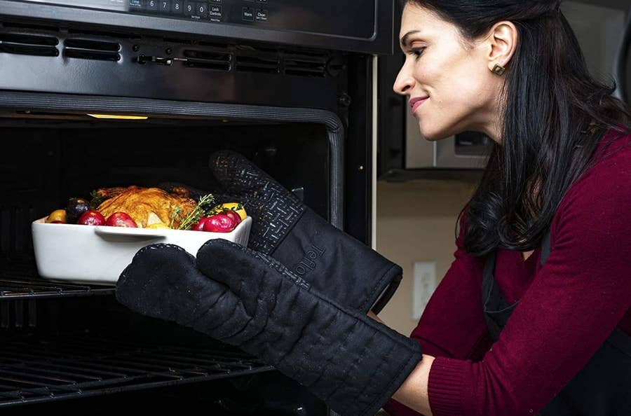 15 Well Reviewed Oven Mitts From Amazon