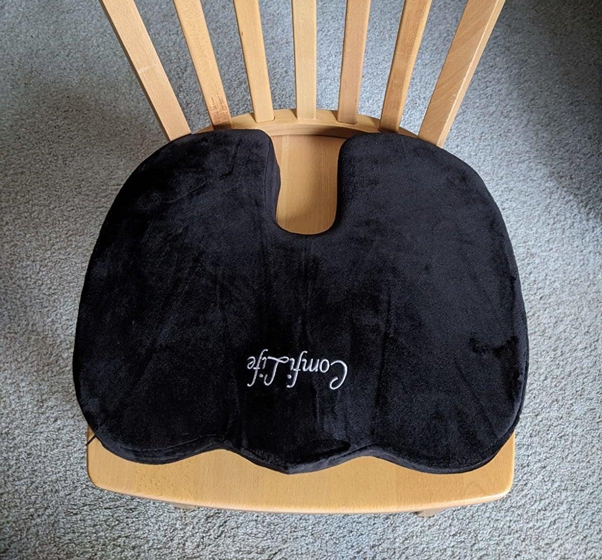 The U-shaped cushion in black
