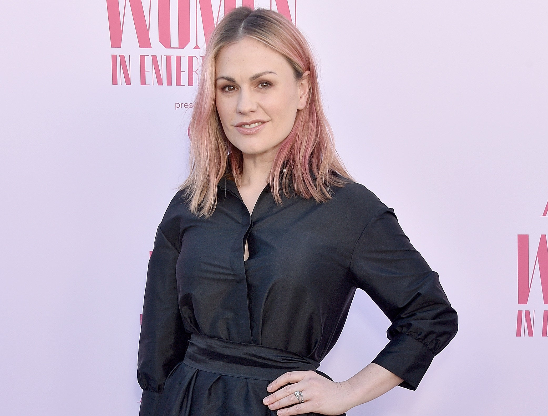 Anna attends an event with light pink hair